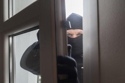 Einbrecher kommt durch's Fenster